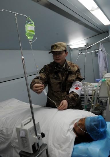 图文:玉树灾区首个方仓医院开始做手术