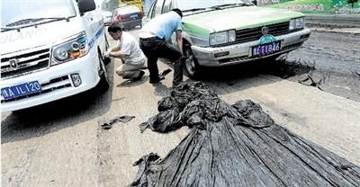 天热到啥份上?路面沥青被晒化 公交车粘在路上(图)