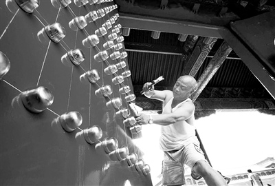 北京故宫午门安装包金门钉恢复历史原貌(图)