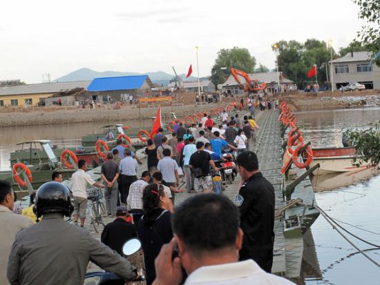 组图:驻吉林部队架军用舟桥供民众过河