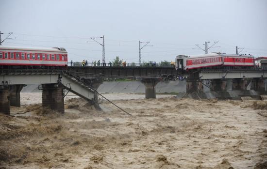 宝成线铁路桥垮塌致列车脱线