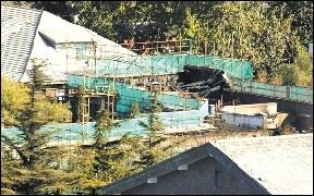 从高处俯瞰,清华学堂东部部分屋顶已被烧塌。 本报读者供图