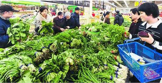 中广网北京11月29日消息 据中国之声《新闻纵横》报道,民以食为天,眼下菜篮子的价格更是引发了各界的关注。中央台记者陈振玺昨天(28日)跟随一辆满载西红柿的货车,从山东寿光蔬菜批发市场启程,一路途径河北、天津、北京,在今天凌晨两点到达了北京大洋路农副产品批发市场,亲身经历了蔬菜的生产、流通交易等各个环节,此时此刻他正在北京大洋路农副产品批发市场进行采访,现在我们连线陈振玺。   主持人:你跟随的那辆车上的西红柿卖得怎么样了?价格是多少?   记者:这一整车的西红柿已经卖了1/4了,老板王大姐告诉记者,
