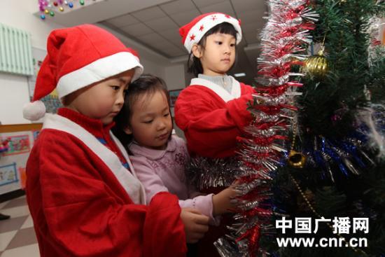 组图:幼儿园小朋友自制个性礼物迎圣诞