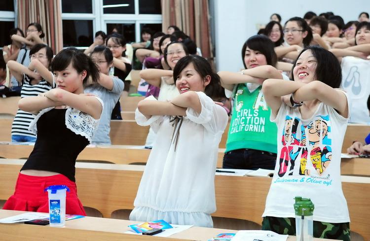 图文:女大学生学做痛经操