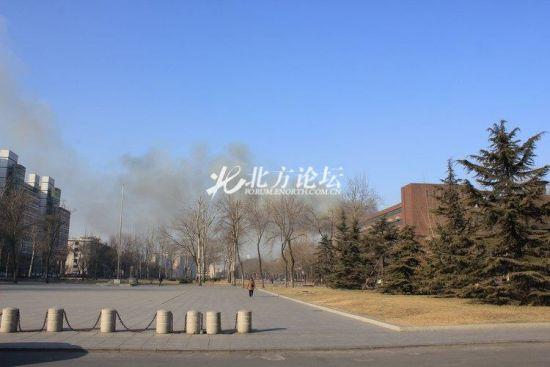 天大校园内可看到烟雾。网友供图