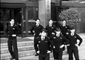 """""""警察街舞迎新春""""挺逗乐额Nobody"""