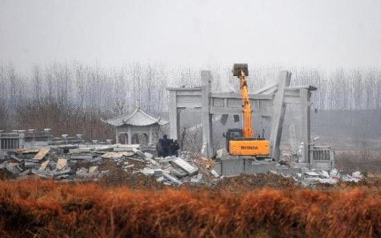 """有关部门正在对""""活人墓""""进行拆除(2月27日摄)。 新华社记者 郝同前 摄"""