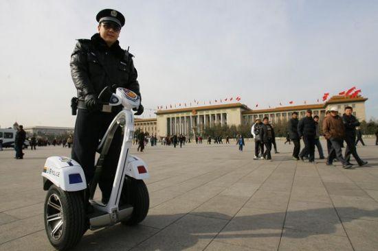 民警驾驶两轮警用巡逻车在北京人民大会堂前巡逻。