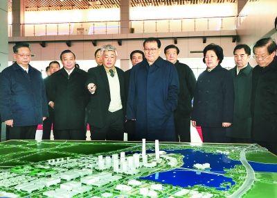 李长春十分关心平潭岛的开放开发。在平潭综合实验区规划馆内,他仔细审视规划方案,听取建设发展汇报。  本报记者 郑杰 摄