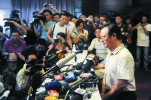 7月24日晚10时43分,就动车追尾事故,铁道部新闻发言人王勇平回答记者提问。本报资料图片 李强 摄