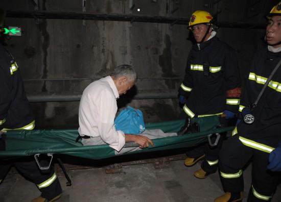 救援人员在上海地铁十号线事故现场营救