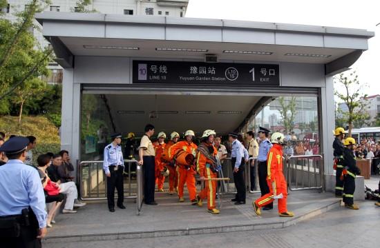 救助人员走出十号线豫园站