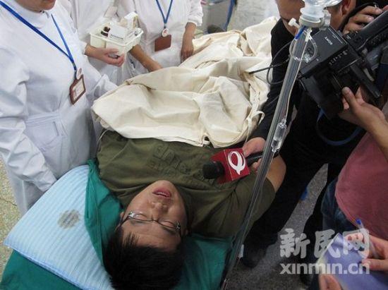 伤者接受记者采访。新民网记者 沈戬 现场回传