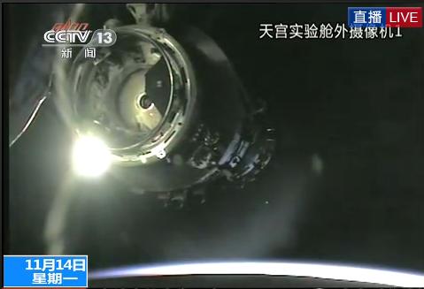 央视回放画面显示神舟八号飞船与天宫一号正在靠近