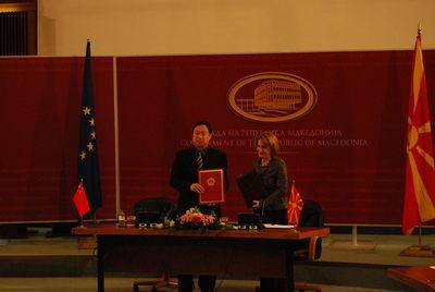 崔大使与阿里菲副总理交换捐赠校车文书