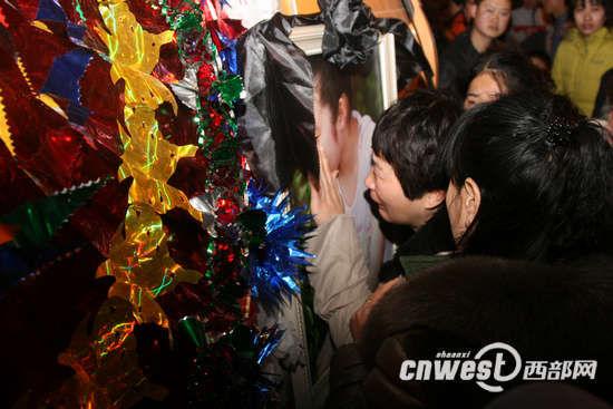 遇难女孩徐月琪的妈妈抱着女儿的照片悲痛欲绝。(摄影:马广浩)