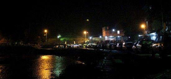 2月3日晚,发生瓦斯爆炸的钓鱼台煤矿外停满了参与救援的各种车辆。新华社发