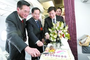 昨日,在渝全国政协委员陈雅棠(左一)、吴刚(左二)和重庆航空党委书记彭聚珍(左三)在飞往北京的飞机上切蛋糕,预祝全国两会成功。重庆晨报记者 高科 摄