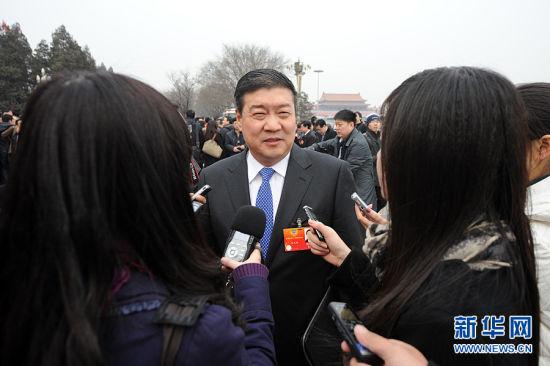 全国政协委员王文彪遭遇媒体围堵采访。新华网 陈竞超 摄