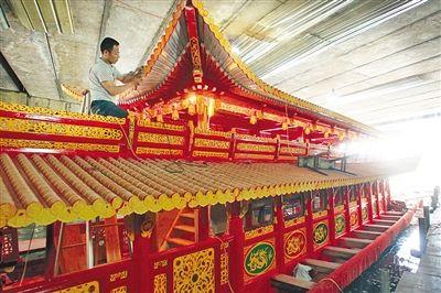 高4米多,宽4米,共有两层,每层四周雕刻花纹,四角雕刻龙头.