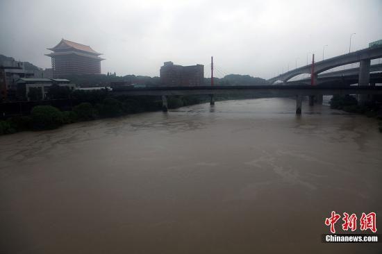 """8月2日,台风""""苏拉""""携带强风豪雨袭击中国台湾,造成多处桥断路毁,低洼地区淹水,及人员伤亡。图为台北地标性建筑圆山饭店前基隆河汇入淡水河处,水位明显上升。中新社发 黄少华 摄"""
