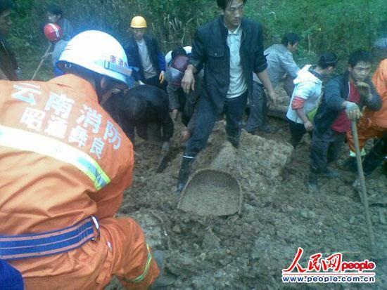 图为消防官兵紧急搜救现场。