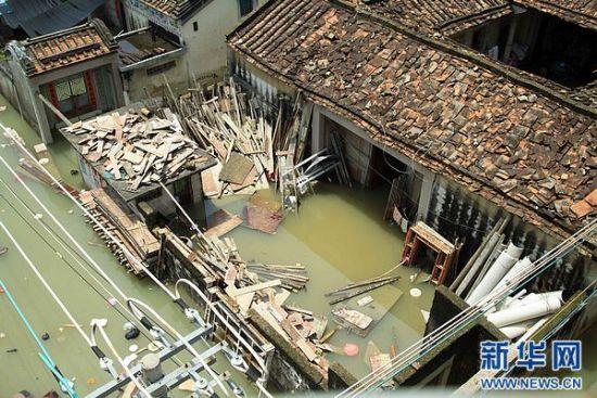 8月19日拍摄的发生洪涝灾害的广东汕头潮阳区和平镇。连日来,广东省汕头市潮阳区、潮南区普降暴雨,造成多个镇村、多条道路出现水浸现象,不少农田损毁、房屋倒塌。 新华社发(姚军 摄)
