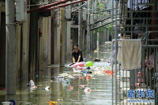 8月19日,在广东汕头潮阳区和平镇,一名男子涉水而行。连日来,广东省汕头市潮阳区、潮南区普降暴雨,造成多个镇村、多条道路出现水浸现象,不少农田损毁、房屋倒塌。 新华社发(姚军 摄)