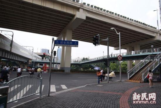 图说:事发地点为延安西路凯旋路附近 新民网记者 萧君玮摄