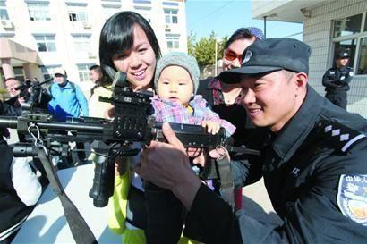 特警配国产高精度狙击步枪价值27万元 一发弹50元