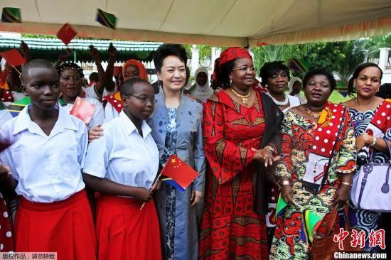 """资料图:2013年3月25日上午,习近平主席夫人彭丽媛在基奎特总统夫人陪同下参观坦桑尼亚""""妇女与发展基金会""""。"""