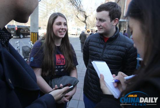 这两个美国高中生参加了21日上午的活动,他们在北师大二附中做交换生已有一年,今年高二。(摄影 中国日报 记者 朱兴鑫)