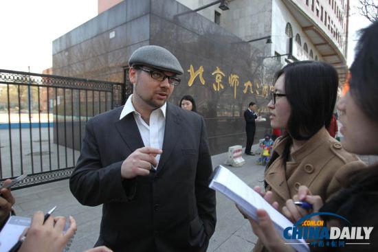 克里斯托弗・赫塞尔顿是两个学生的历史老师,是二附中的一名兼职老师。他用地道中文说,两位第一夫人都很有领导气质。他个人觉得米歇尔来华是件好事,能够促进更多美国学生来华留学。(摄影 中国日报 记者 朱兴鑫)