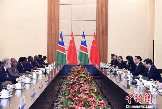 国务院总理李克强9日上午在海南省三亚市同纳米比亚总理根哥布举行会谈。 中新社记者 刘震 摄
