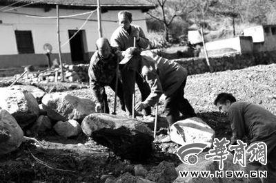 4月17日,全村在家的劳动力在帮助程章银家在门前小河上修一座简易小桥,参加修桥的村民大多都年过50岁