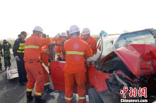 4月29日早晨,甘肃武威金大快速通道一辆轿车与路边护栏相撞,造成车内4人死亡。 王宇昊 摄