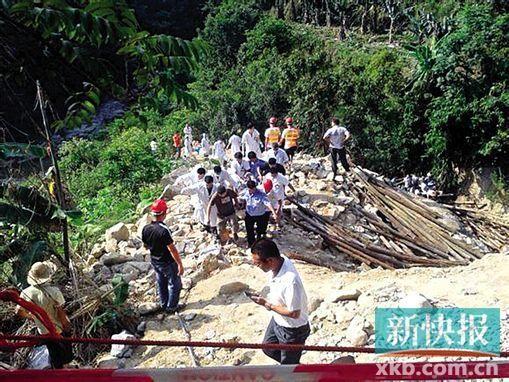 事故发生后,当地投入300多人进行救援。