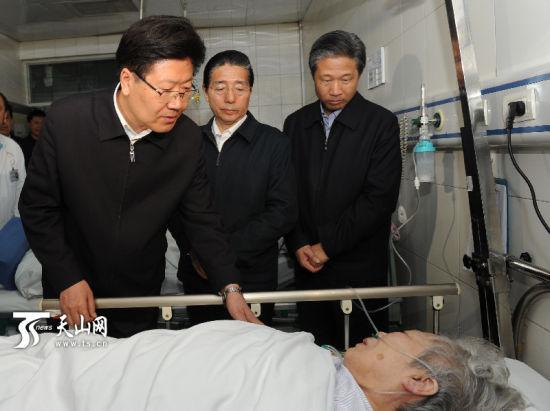 5月22日,中共中央政治局委员、新疆维吾尔自治区党委书记张春贤和国务委员、公安部部长郭声琨一同来到自治区人民医院,看望慰问在5.22暴力恐怖事件中受伤的群众。