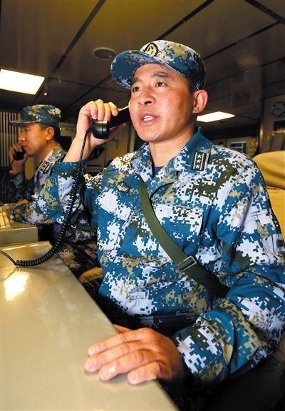 24日,郑州舰舰长李一刚在下达对海上目标攻击指令。