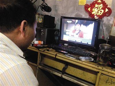 昨日,奶西村,打人视频拍摄者常某的父亲坐在电脑前看关于此事的报道。