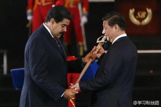 """当地时间7月20日,习近平接受委内瑞拉总统马杜罗代表委内瑞拉政府授予的""""解放者""""勋章。新华社发"""