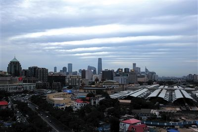 昨日,北京站附近的上空出现了少见的带状云。拍者 高志星