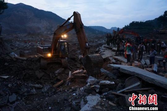贵州福泉山体滑坡已造成14人遇难,22人受伤,11人失联。贵州省长陈敏尔在灾难现场提出把救人放在第一位,抓好灾情原因调查, 王晶 摄