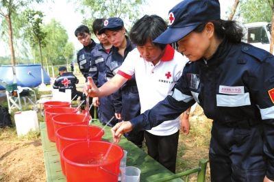 制饮用水。在演练现场,供水救援队通过取水、絮凝、沉淀、过滤、化验等技术手段,利用制水设备为模拟灾害现场制作和提供饮用水。