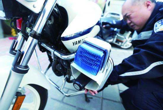 摩托车装备了前后护杠,可以保护民警不受伤