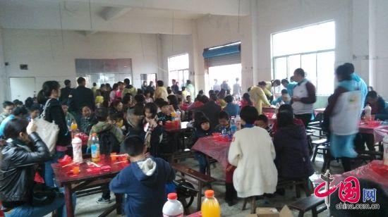 2014年11月23日上午,涟源市桥头河镇大屋希望小学举行了隆重的竣工典礼,包括政府官员、工作人员、媒体记者、爱心志愿者以及当地村民在内的4000余人参加了典礼。典礼结束后,当地还摆了300来桌酒席。图为大屋希望小学。东方IC