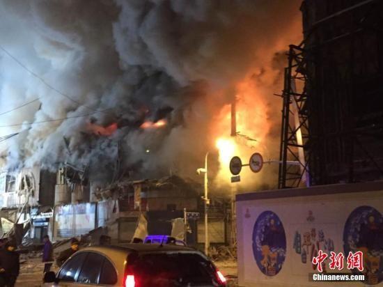 1月2日13时许,哈尔滨市道外区太古街与南勋街合围地段一仓库起火近10小时,过火仓库发生塌方,导致多名消防战士被埋。据记者现场了解到,已有4名消防员牺牲,并有多名消防员被送医救治。现场救援仍在进行中,具体伤亡人数尚待官方确认。图为塌方火场明火复燃。王舒 摄