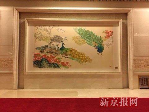 金色大厅细部,湘绣《屏开花艳舞东风》,画面上有5只孔雀,牡丹似锦,碧草如茵。 新京报首席记者 陈杰 摄