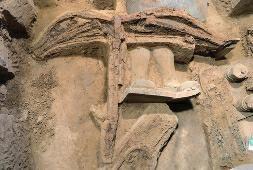 秦兵马俑坑现最完整弓弩。